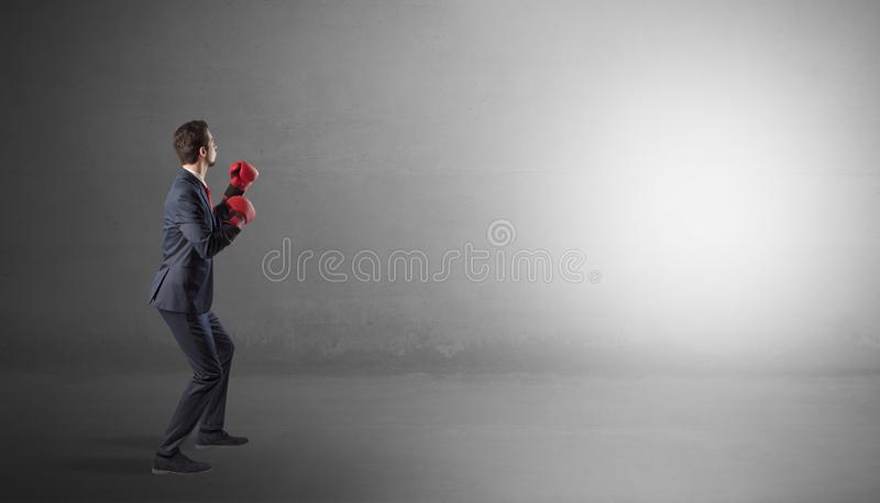 Homem de neg?cios que luta em um espa?o vazio fotografia de stock