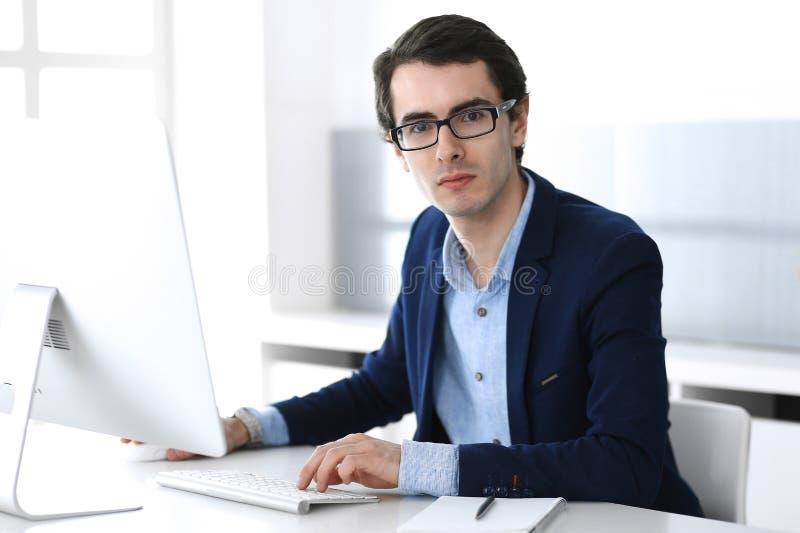 Homem de neg?cios que trabalha com o computador no escrit?rio moderno Headshot do gerente masculino do empres?rio ou de empresa n fotos de stock