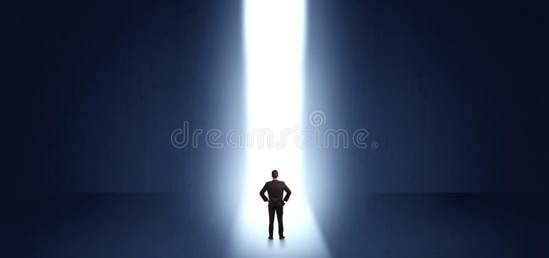 Homem de neg?cios que v? a luz no fim de algo fotos de stock