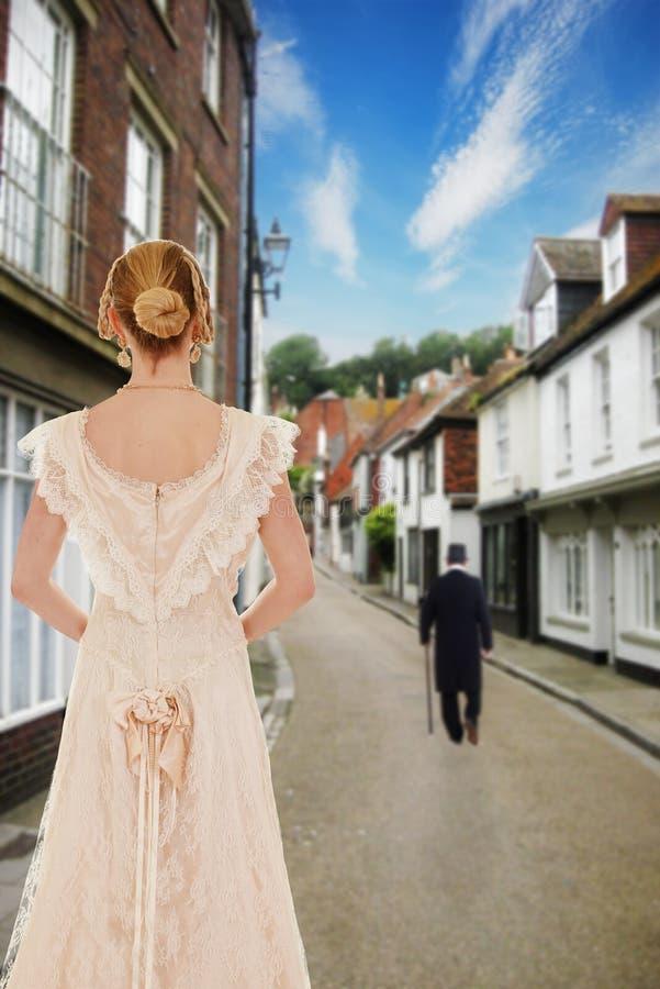 Homem de observação da mulher vitoriano na rua imagem de stock royalty free