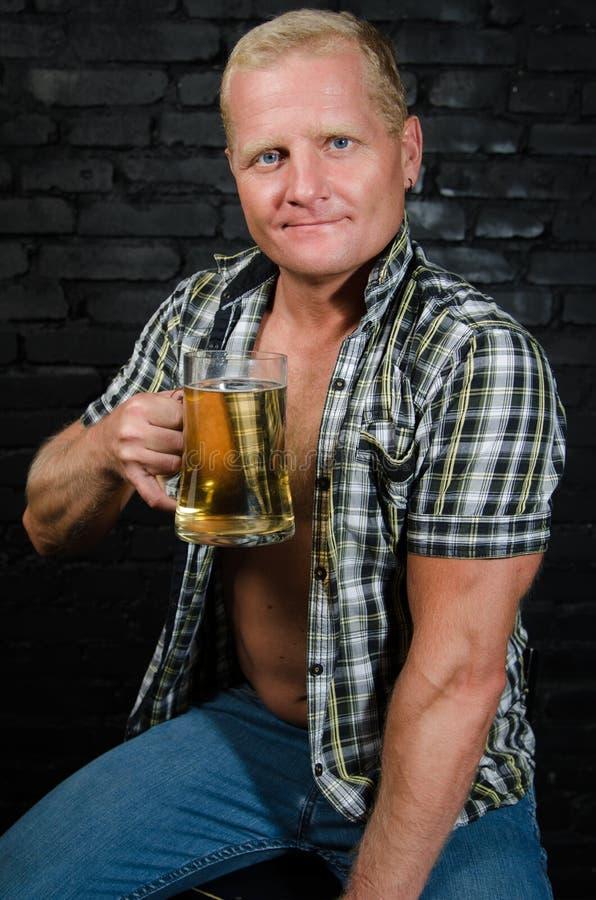 Homem de Oktoberfest na barra fotos de stock