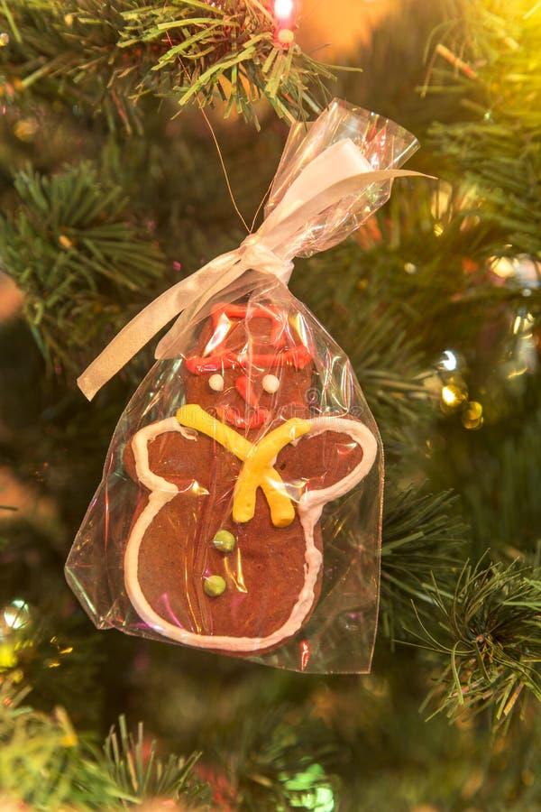 Homem de pão-de-espécie feito à mão bonito na árvore de Natal foto de stock