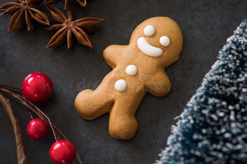 Homem de pão-de-espécie, Natal, anis de estrela, cerejas fotografia de stock royalty free