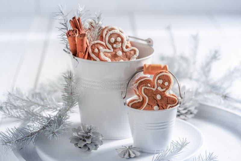 Homem de pão-de-espécie saboroso para o Natal na cubeta branca foto de stock royalty free