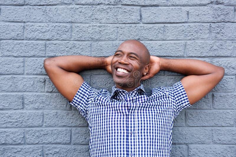 Homem de relaxamento com mãos atrás da cabeça foto de stock royalty free