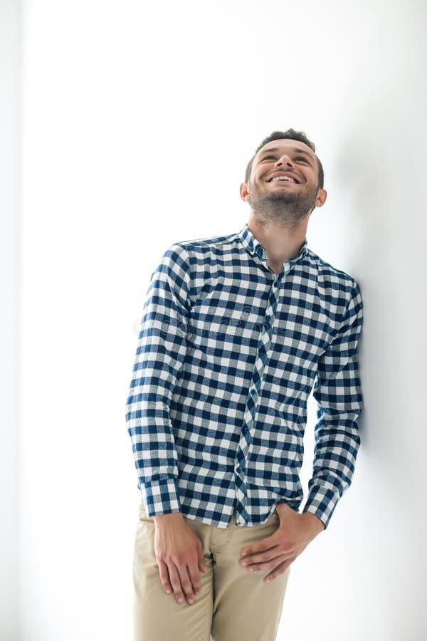 Homem de riso considerável na roupa ocasional à moda imagens de stock