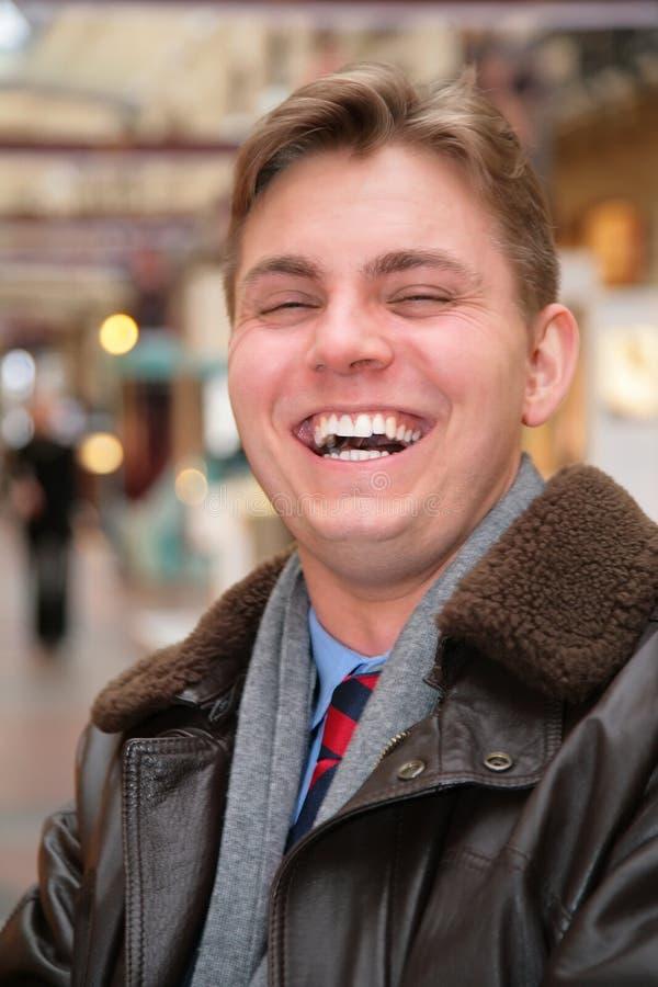 Homem de riso no revestimento de couro fotografia de stock