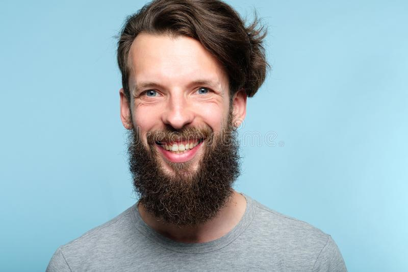 Homem de sorriso alegre feliz da barba da expressão da emoção foto de stock royalty free