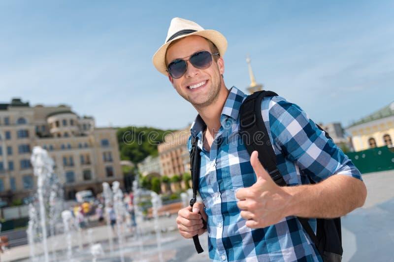Homem de sorriso alegre que está a fonte próxima imagem de stock royalty free