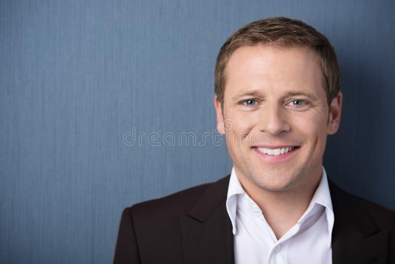 Homem de sorriso amigável fotografia de stock royalty free