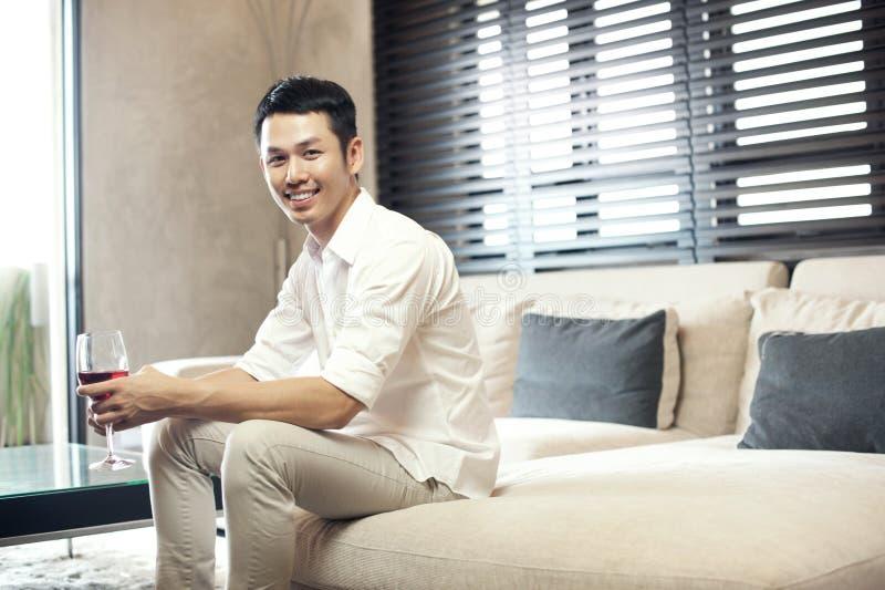 Homem de sorriso asiático com um vidro do vinho fotos de stock