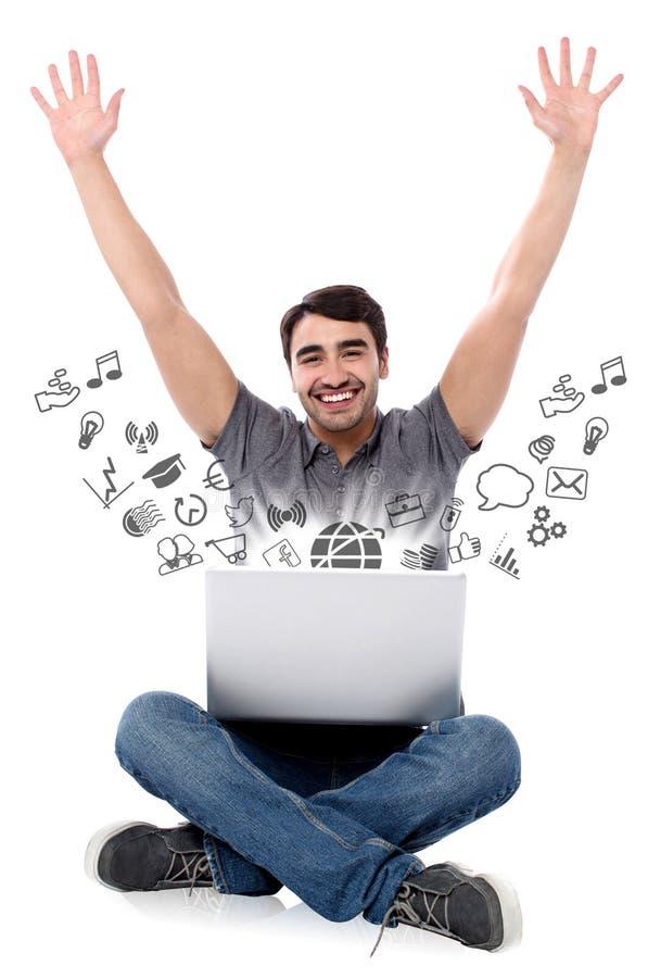 Homem de sorriso bem sucedido com portátil imagens de stock