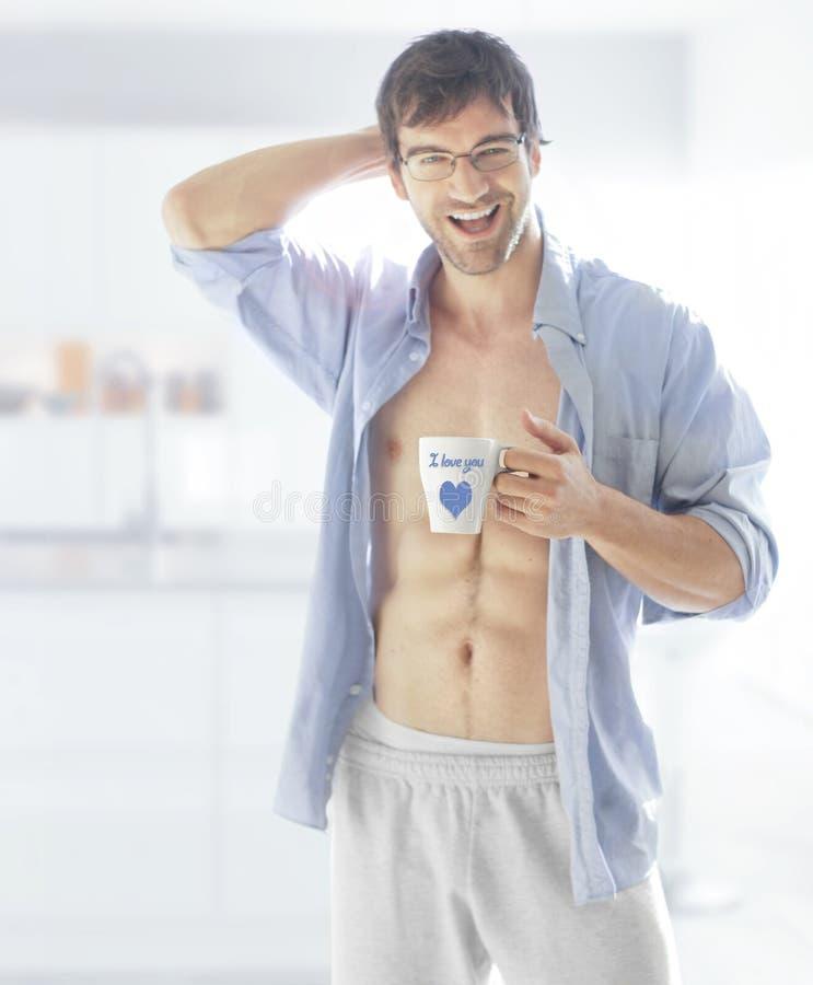 Homem de sorriso com copo fotografia de stock