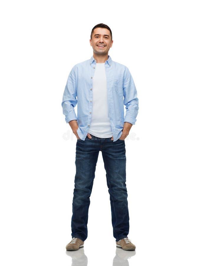 Homem de sorriso com mãos em uns bolsos imagens de stock royalty free