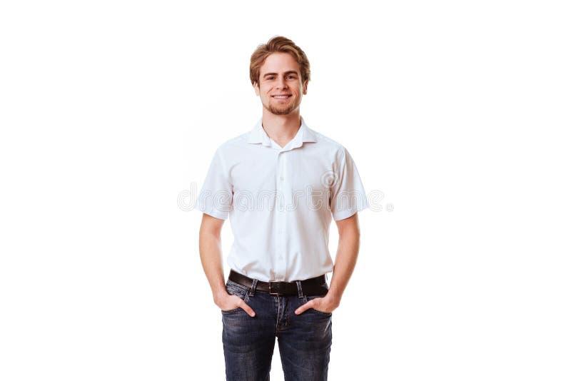 Homem de sorriso com m?os em uns bolsos foto de stock