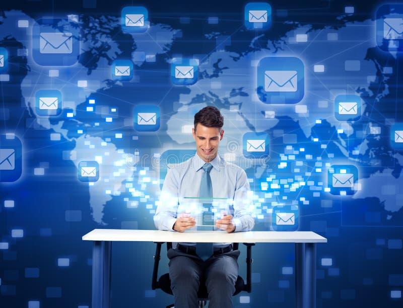 Homem de sorriso com a tabuleta digital futurista ilustração stock