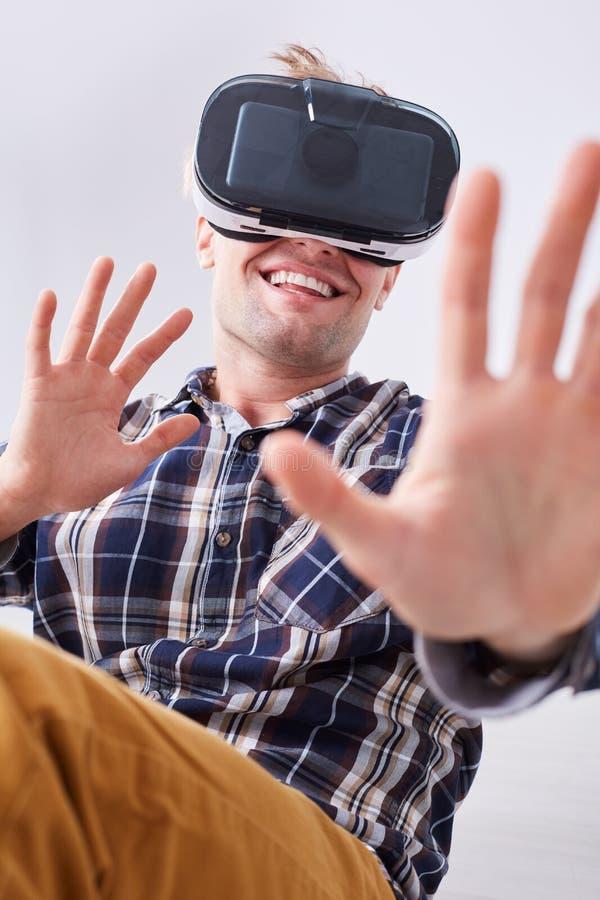 Homem de sorriso com vidros de VR imagens de stock