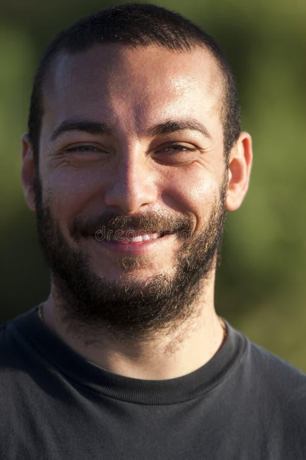 Homem de sorriso do retrato com barba foto de stock