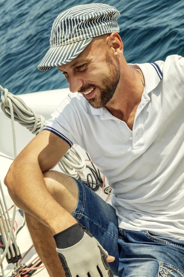 Homem de sorriso em um iate branco no seascape bonito, close-up foto de stock