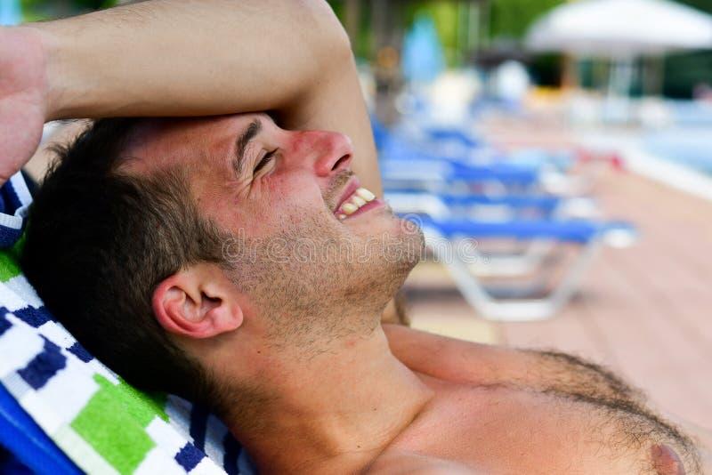 Homem de sorriso farpado na praia fotografia de stock