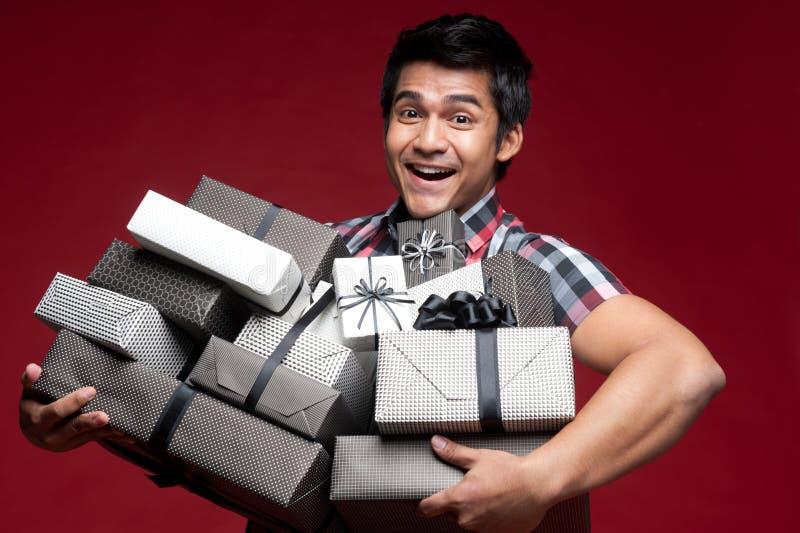 Homem de sorriso feliz com presentes fotografia de stock royalty free