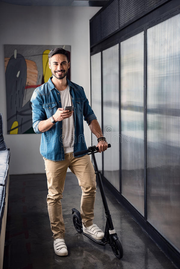 Homem de sorriso feliz no transporte no escritório imagens de stock