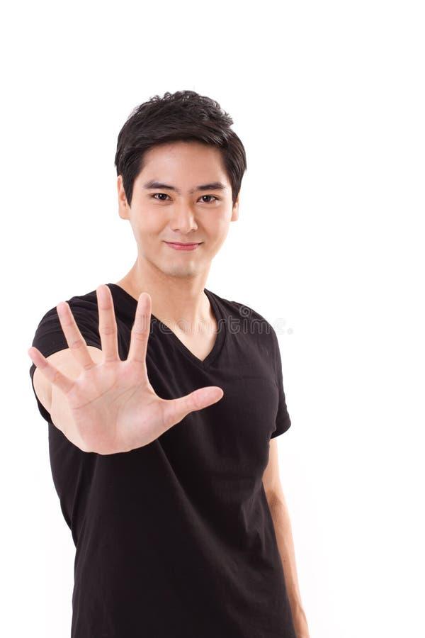 Homem de sorriso feliz que mostra sua 5 dedos ou palmas a você fotografia de stock