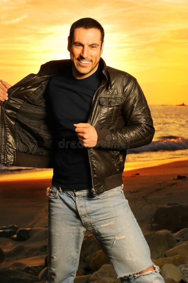Homem de sorriso na praia fotos de stock