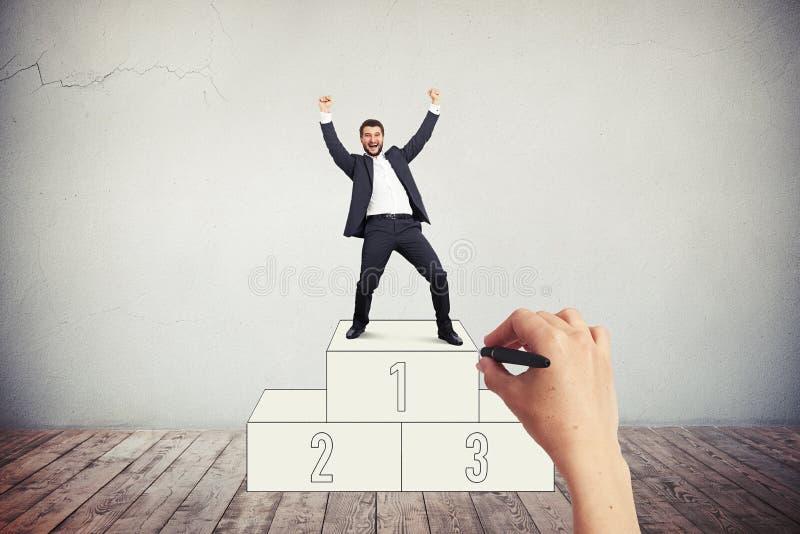 Homem de sorriso no terno de negócio no suporte pintado imagem de stock