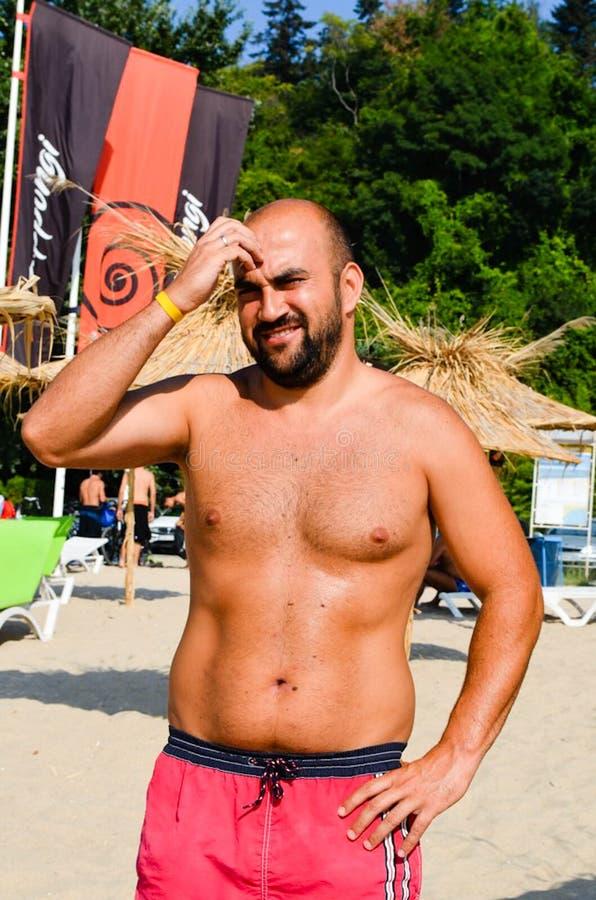 Homem de sorriso novo farpado que aprecia as férias de verão imagem de stock royalty free