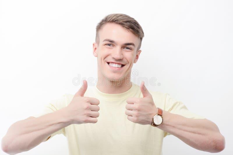 Homem de sorriso que manuseia acima no fundo isolado fotos de stock royalty free