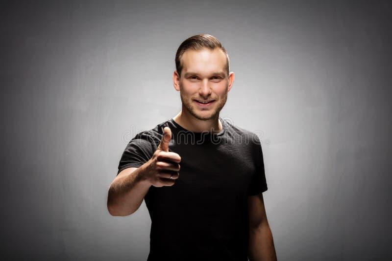 Homem de sorriso que mostra o sinal aprovado fotografia de stock royalty free