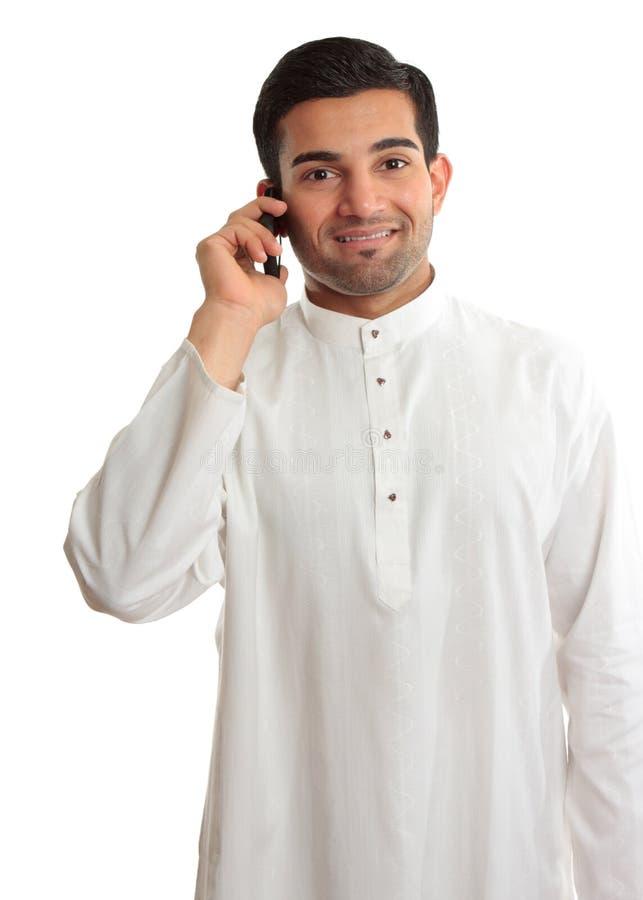 Homem de sorriso que usa o telefone foto de stock
