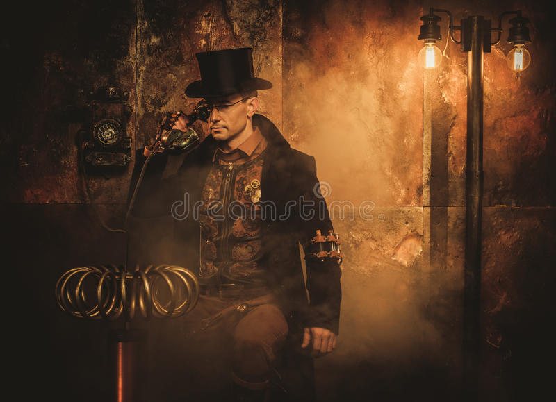 Homem de Steampunk com a bobina de Tesla no fundo do steampunk do vintage imagens de stock