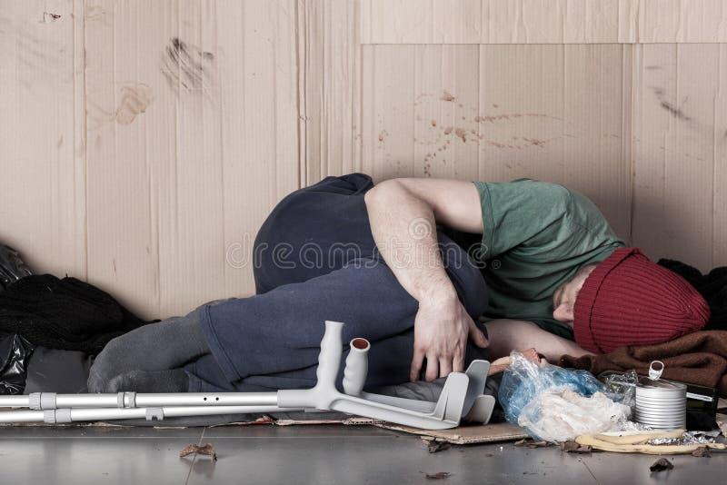 Homem deficiente dos sem abrigo na rua foto de stock royalty free