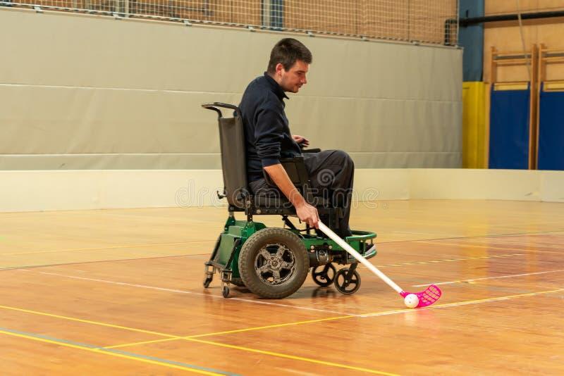Homem deficiente em uma cadeira de rodas el?trica que joga esportes, h?quei do powerchair IWAS - Cadeira de rodas e amputado inte fotos de stock royalty free