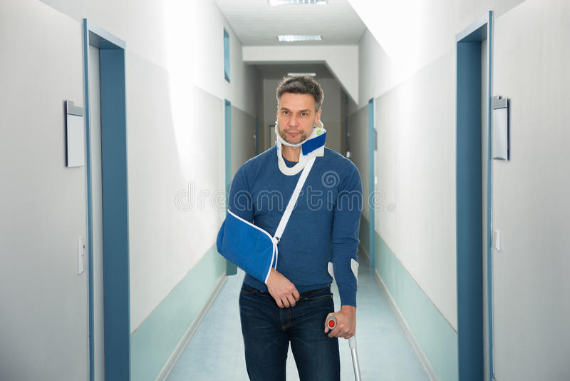 Homem deficiente no hospital fotos de stock royalty free