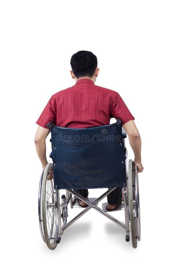 Homem deficiente que senta-se na cadeira de rodas fotografia de stock royalty free