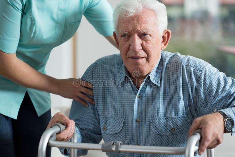 Homem deficiente que usa o caminhante fotos de stock