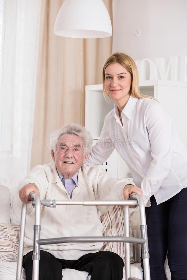 Homem deficiente que usa o quadro de passeio imagem de stock royalty free