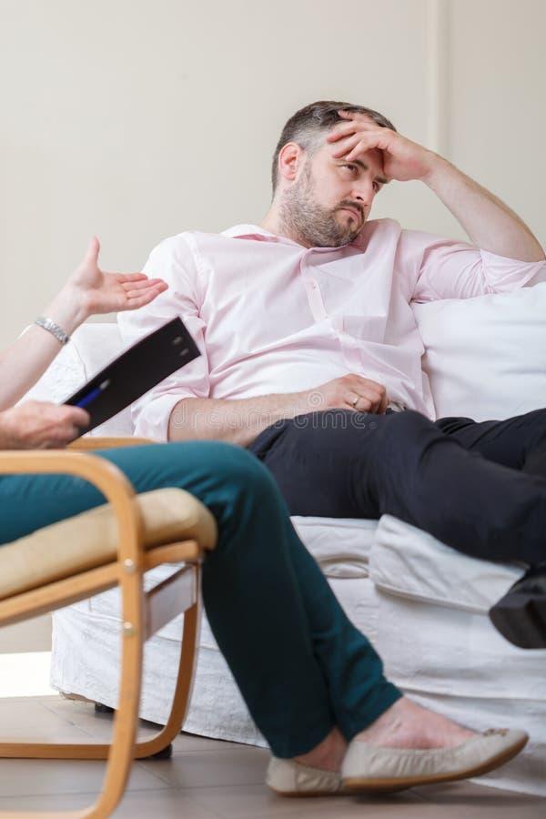 Homem deprimido durante a terapia imagens de stock royalty free