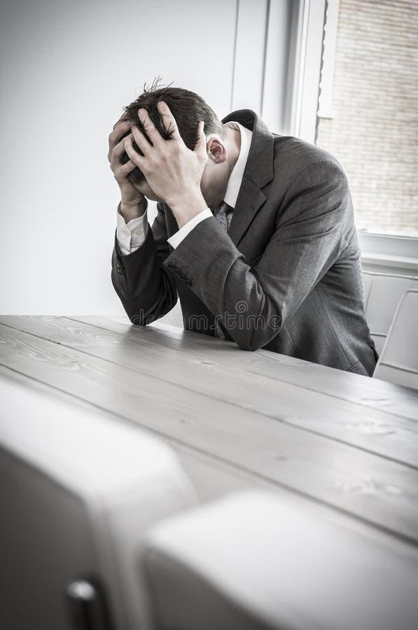 Homem deprimido no escritório imagens de stock