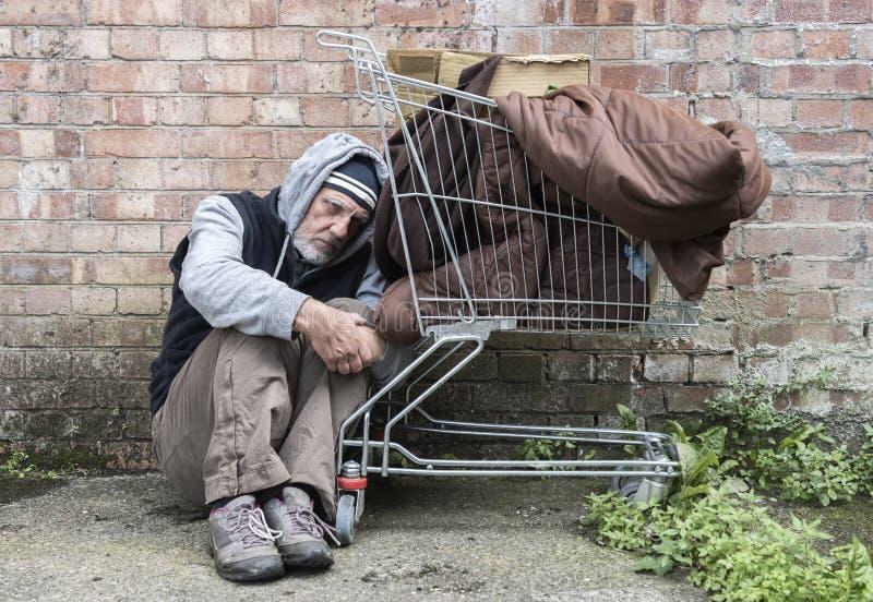 Homem desabrigado para fora nas ruas foto de stock royalty free