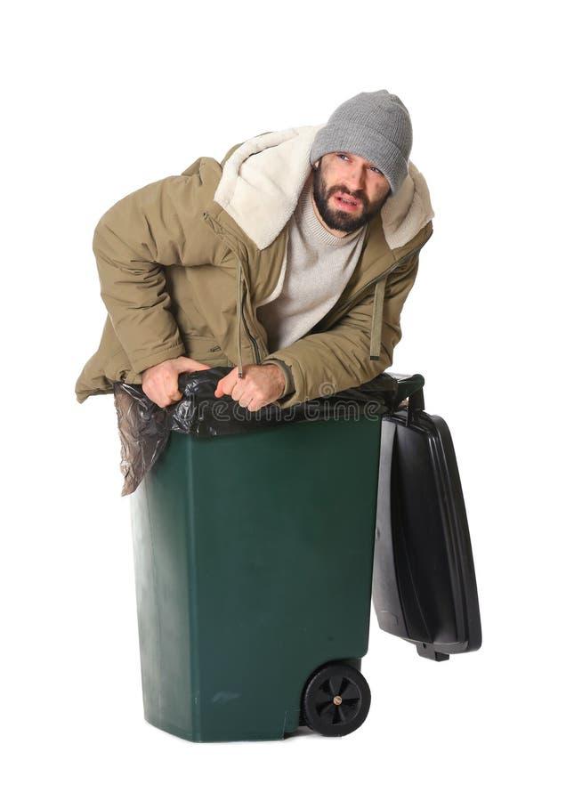 Homem desabrigado pobre no escaninho de lixo isolado imagens de stock