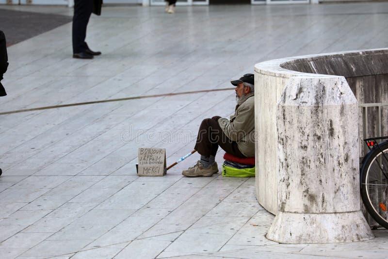 Homem desabrigado que implora em ruas de Paris fotos de stock royalty free