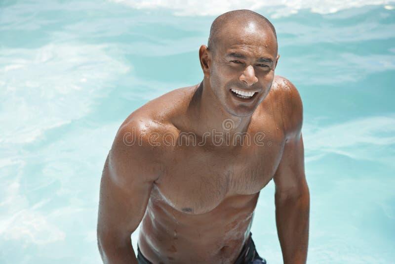 Homem descamisado na piscina imagens de stock