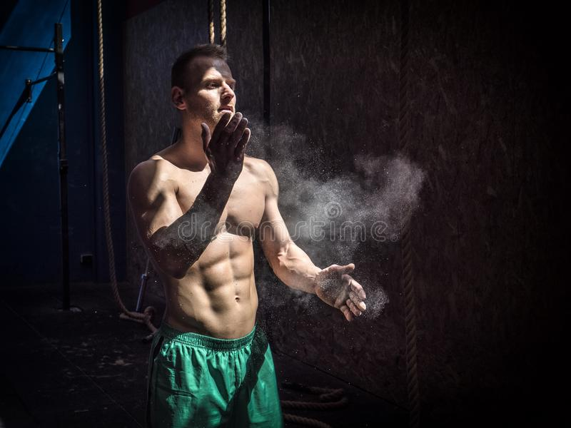 Homem descamisado que usa o pó do giz ou do magnésio no gym fotos de stock royalty free