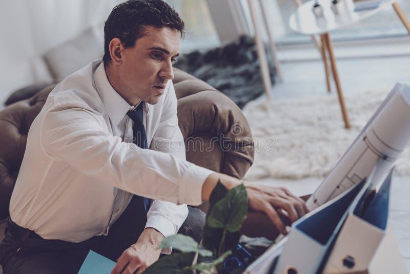 Homem desempregado infeliz que pensa sobre seu trabalho anterior imagens de stock