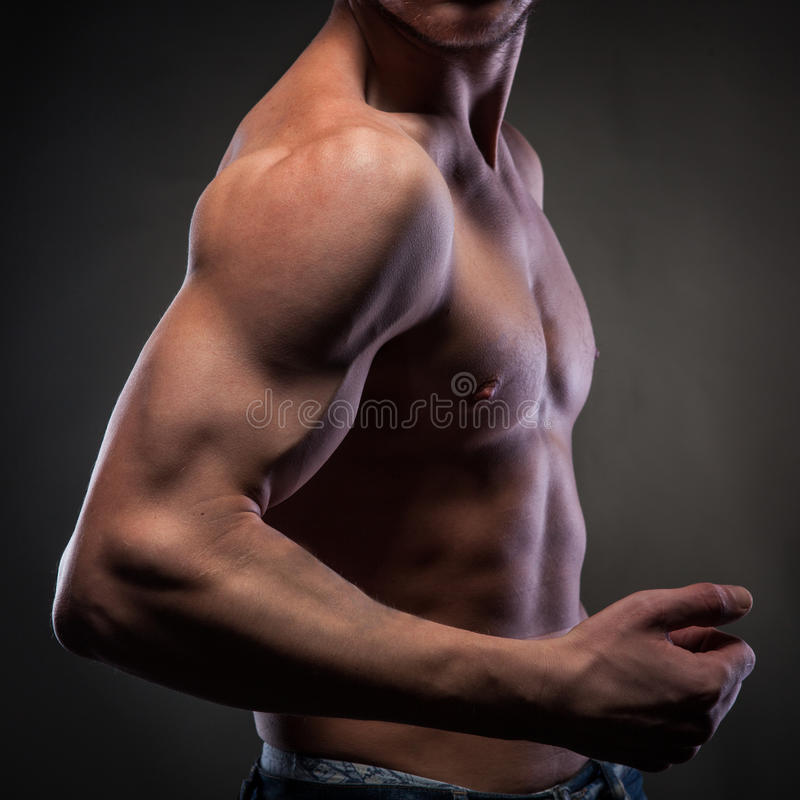 Homem despido muscular no preto foto de stock royalty free