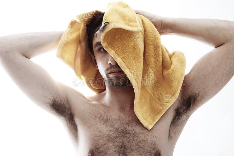 Homem despido novo que limpa sua cabeça imagem de stock